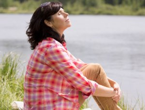 Frau entspannt Augen in Sonne