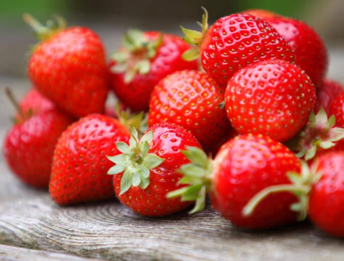 Erdbeeren auf einem Tisch