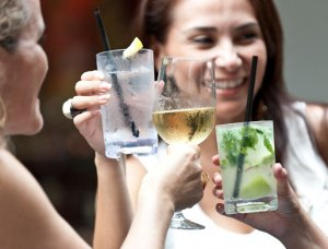 Frauen mit Gin Tonic