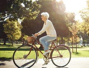 Frau die Fahrrad fährt