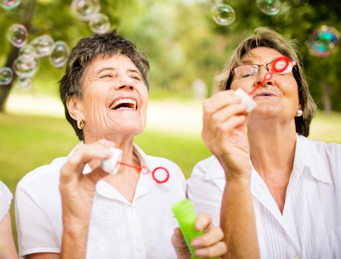Ältere Damen Seifenblasen