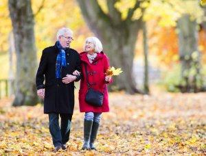 Paar beim Herbstspaziergang
