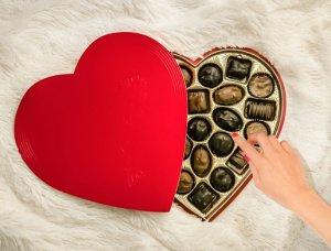Pralinenschachtel mit Schokolade