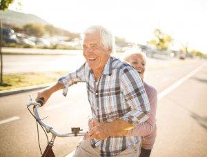 Paar auf einem Fahrrad