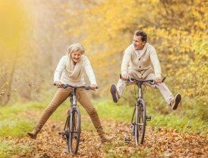 Älteres Paar Fahrrad fahren