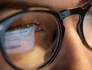 Brille spiegelt sich Bildschirm
