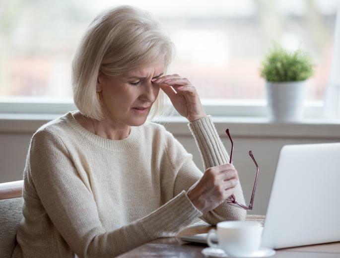 Frau am Laptop Augen reiben