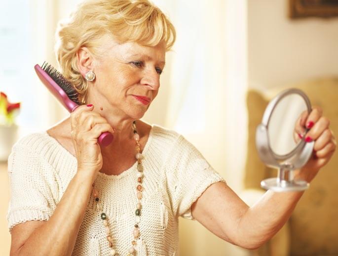 Frau bürstet sich Haare