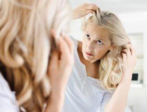 Frau betrachtet Haare