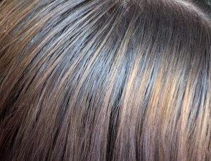Graue fettende Haare