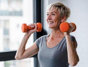 Seniorin mit Gewichten